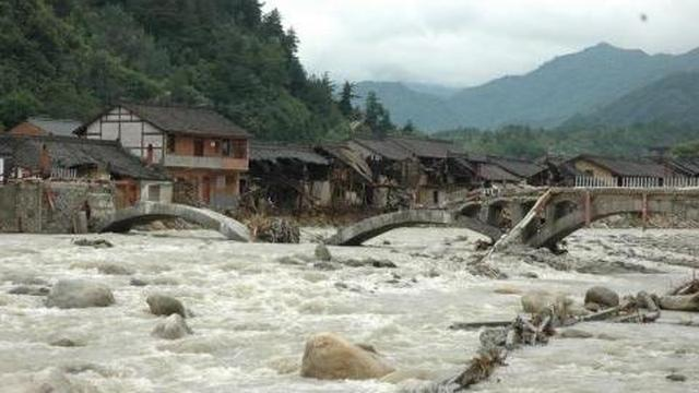 山洪暴发新化圳上镇村民被困洪水中,消防紧急救援
