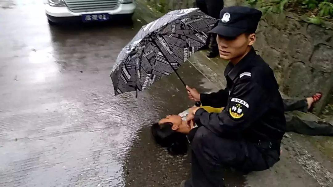 这是一条有温度的新闻 一把雨伞撑起的温暖