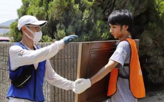日媒:中国等国留学生参与暴雨灾区志愿者工作