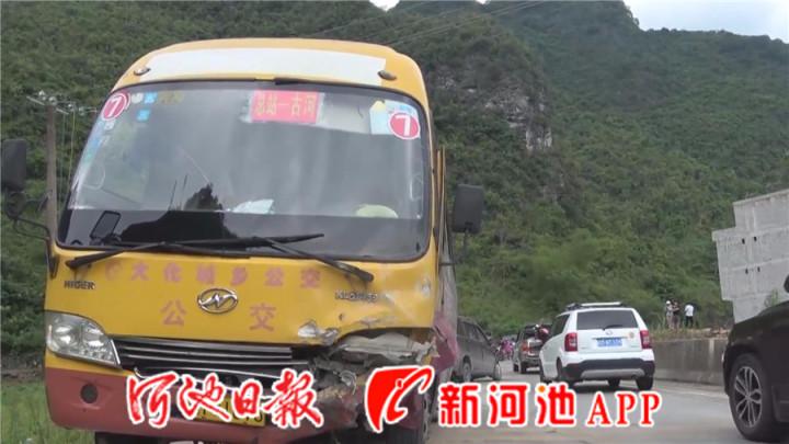 面包车雨天下坡失控撞上公交车 消防救出被困2人