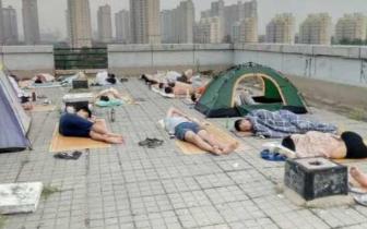 宿舍没风扇空调学生睡天台 河南高校回应:尽力解决