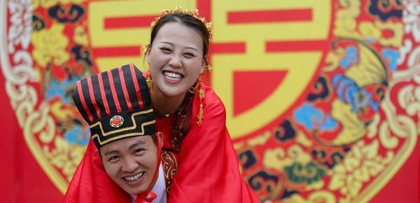 甜蜜七夕 新人身着古代婚服参加传统婚礼