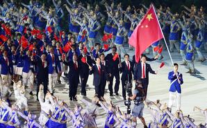 赵帅举五星红旗率中国代表团入场