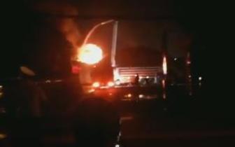 河南郑州一物流园突发大火爆炸声不断 火势已控制