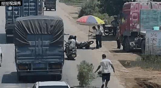 开摩托车看手机被撞飞!路边群众看到后他们这样做