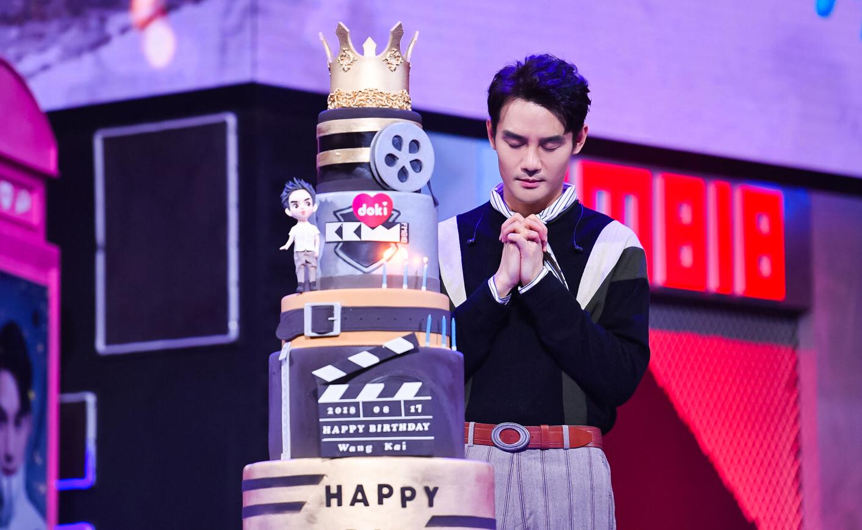 王凯变电台DJ与粉丝共度生日 现场展抓娃娃绝技