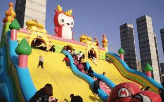 广西17人玩充气城堡出事 桂平很多孩子也爱玩