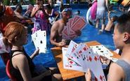 重庆民众水中玩巨型牌消暑