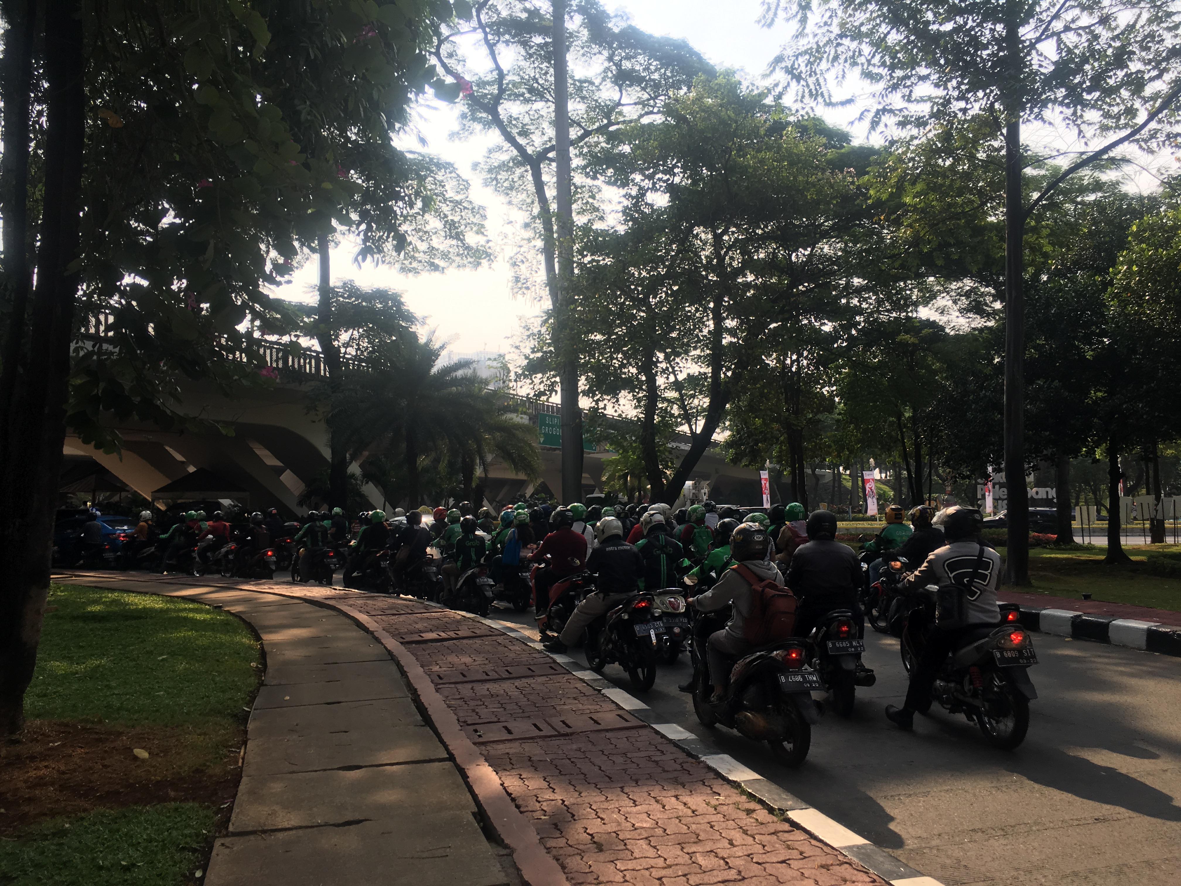 魔幻现实雅加达:总统带头开摩托飙车,面子工程治理臭水沟,的哥海关专讹中国人