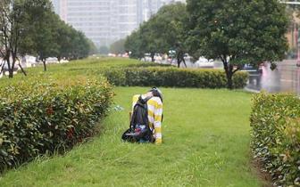 年轻女孩离家出走 不吃不喝在郑州街头淋雨一整天