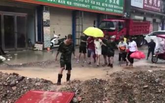 """商丘暴雨孕妇被困家中 消防车雨中变身""""救护车"""""""