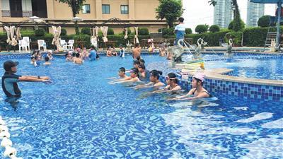 小学生在露天游泳池集中培训。