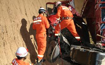 陕州区:货车下坡冲撞山体一人被困 消防紧急救援