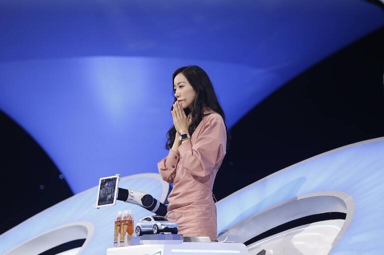 """韩雪一语道破诗歌机器人 传递""""科技温度""""打动观众"""