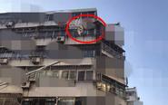 住户家中不锈钢板险坠落 消防紧急处置