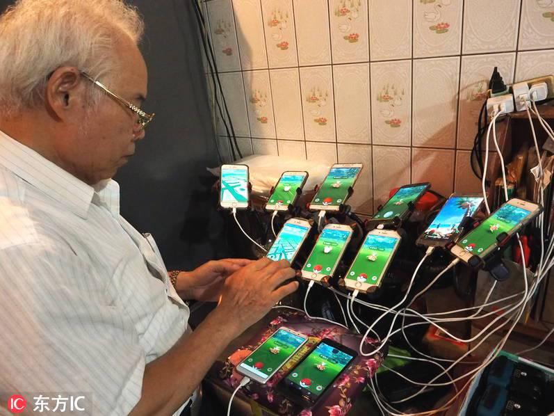 69岁老人沉迷《宠小》抓宝 自行车配备11台手机满城转