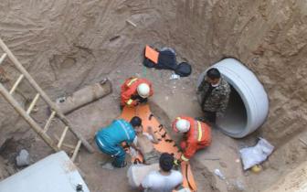 工人不慎跌落深坑 灵宝消防大队成功救援