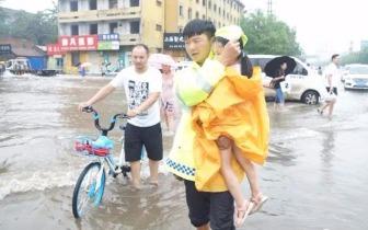 孩子坐单车篮筐危险 商丘交警趟水护送安全