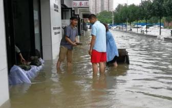郑州十余家临街店铺遭水泡 大雨过后路面严重积水