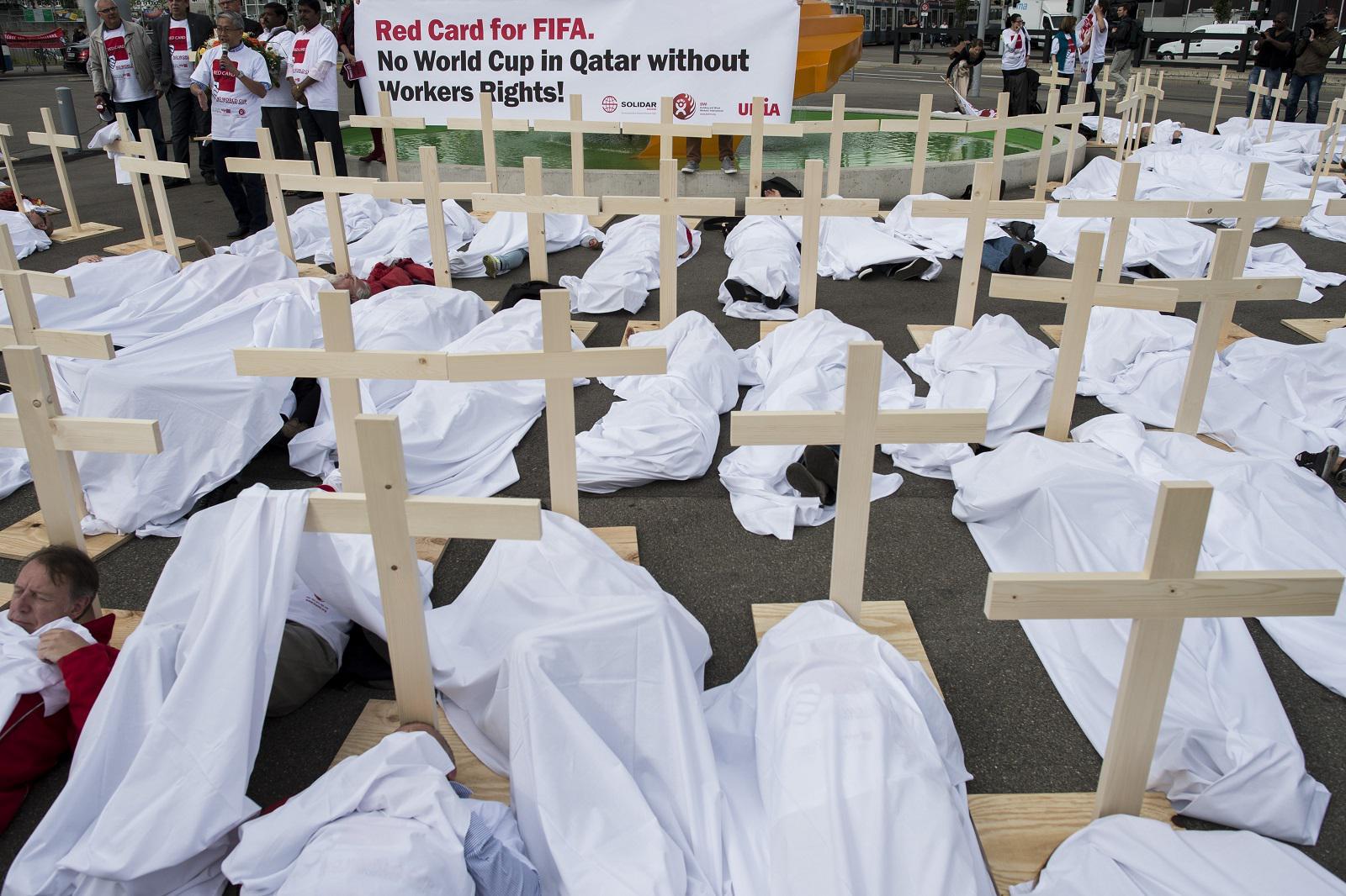 卡塔尔世界杯奴隶制赶工曝光,预计死4000人!中国名记却赞史上最佳