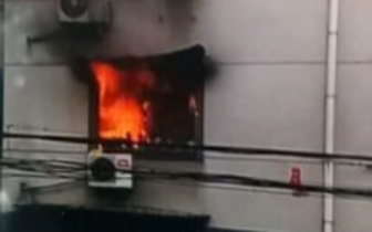 老太正泡脚电动洗脚盆突然起火 客厅物品烧成灰烬