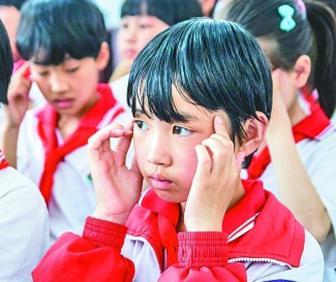 河北邢台,小学生在做眼保健操