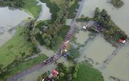 印度洪灾:公路变水下隧道
