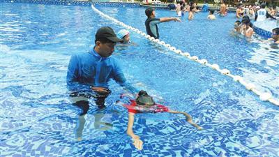 教练在耐心培训学生游泳要领和动作。陈人波摄