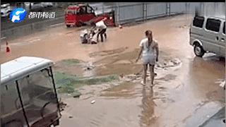商丘暴雨两女孩过马路踩空掉沟渠 水淹至头