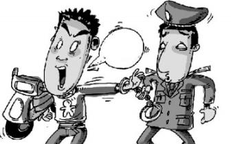 福州一中年男子偷电动车推1公里 路边休息时被抓