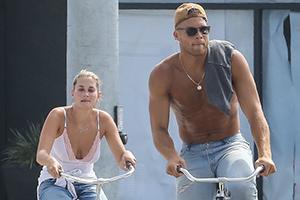 格里芬赤膊携女友骑自行车出游