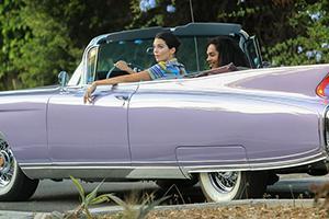 卡戴珊小妹开古董豪车载好友兜风
