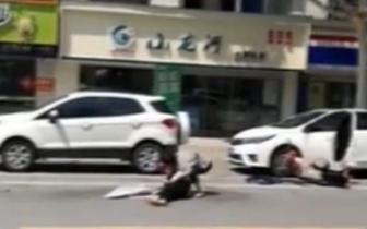 泰兴一女司机突开车门 后方骑电动车女子被撞倒地