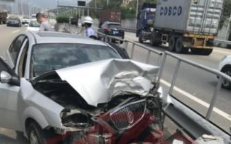 福州一司机开车睡着撞上隔离护栏 车损惨重