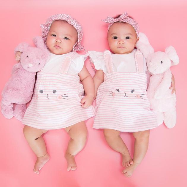 熊黛林晒双胞胎女儿近照 一个像爸一个像妈超可爱