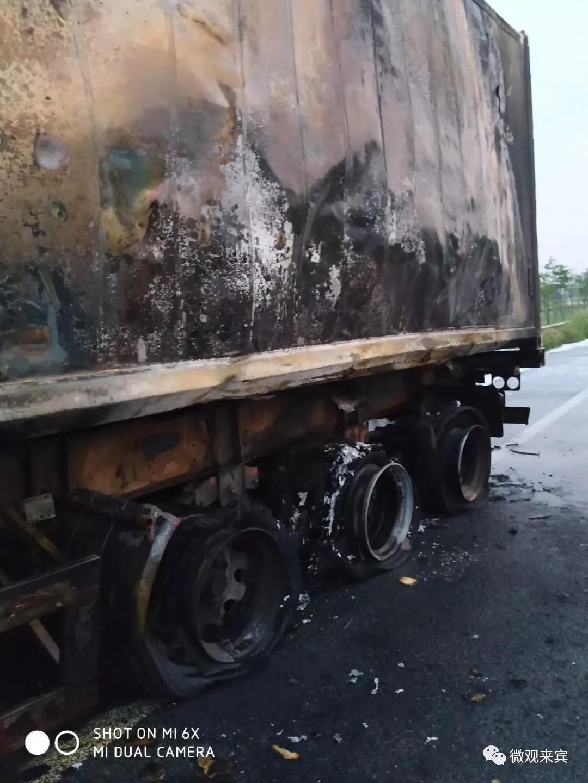 凌晨一货车在泉南高速自燃 所幸未造成人员伤亡