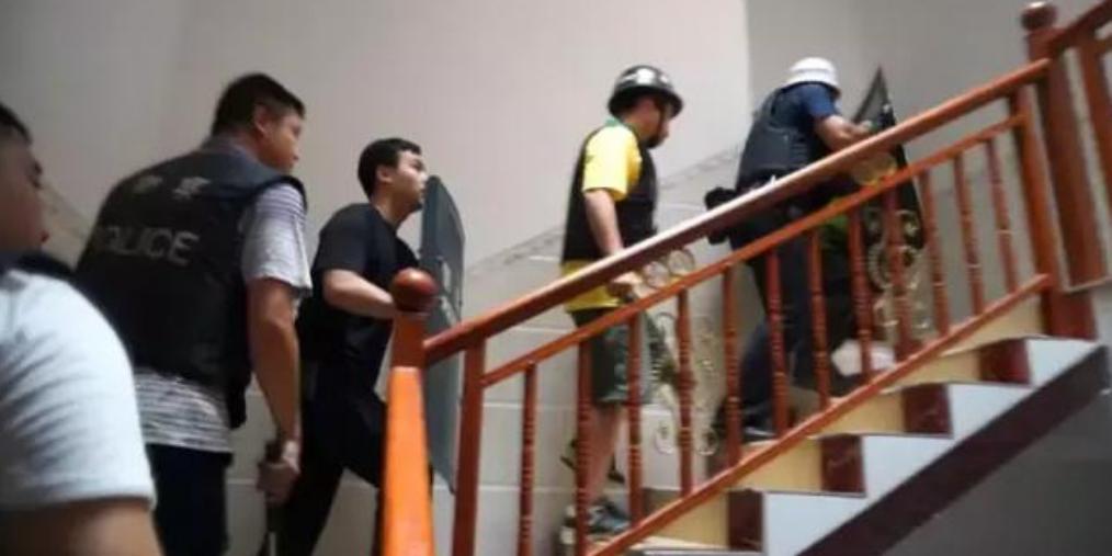 防城港一居民楼被包围 警察喊话:放下武器投降