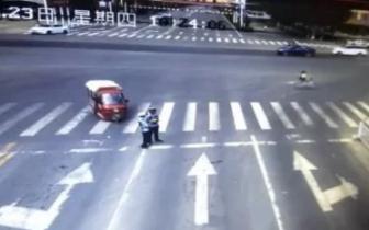 邯郸一老人突发心脏病 电动车失控撞倒民警