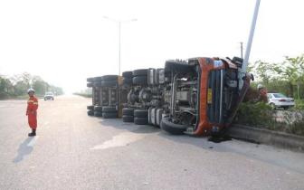 大货车转弯过急侧翻 司机被困驾驶室