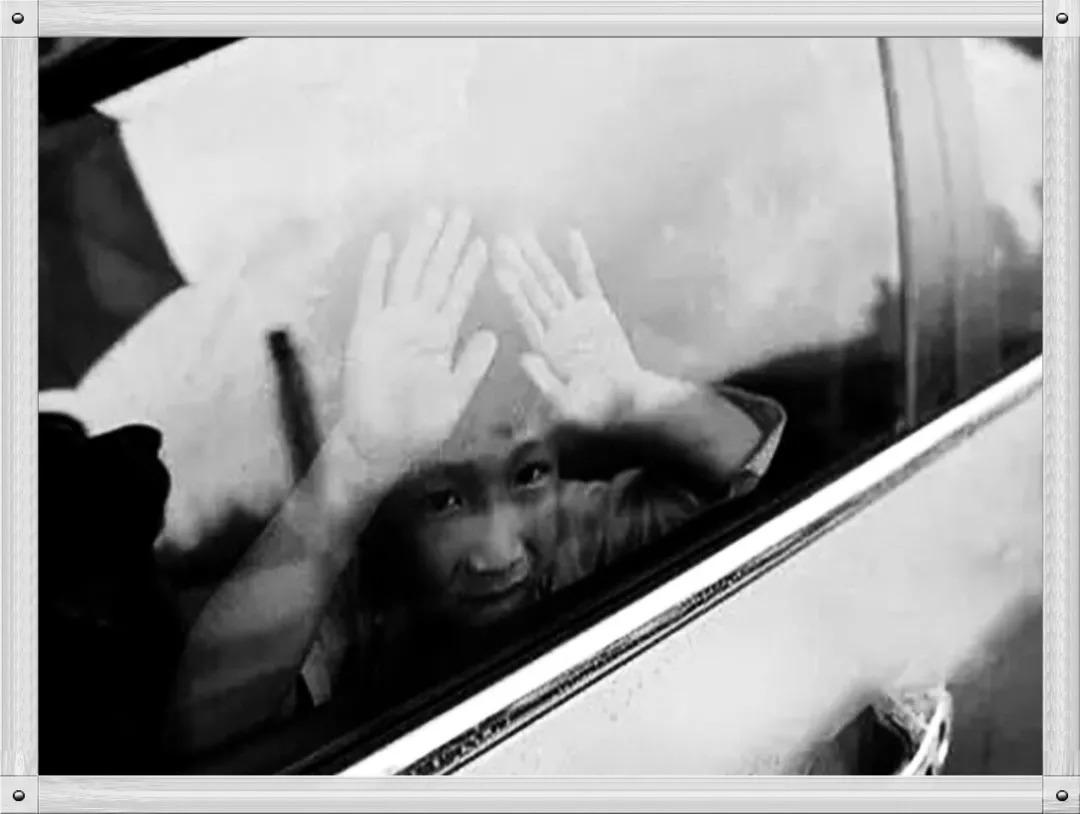 东兰:暴热天两娃被困车内 幸遇警察叔叔化险为夷