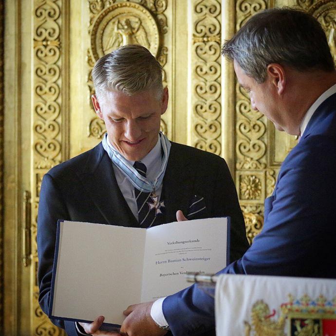 帅气!巴伐利亚州总理向施魏因施泰格授予荣誉勋章