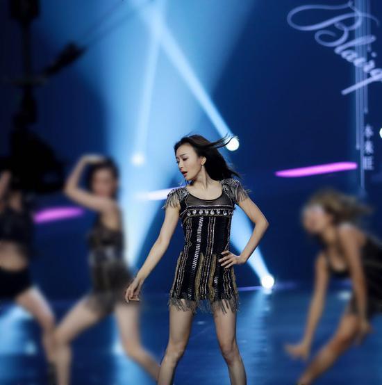 秦岚《新舞林大会》挑战爵士舞 气场全开展舞台魅力
