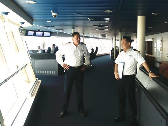 与外籍船长面对面交流