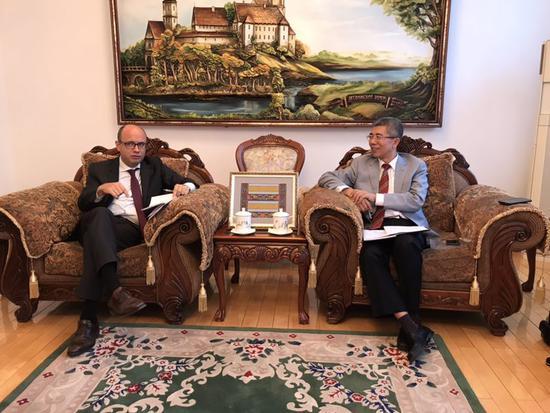 金吉列留学董事长朱燕民(右)与白罗斯大使鲁德?基里尔?瓦连其诺维奇(左)深度交流