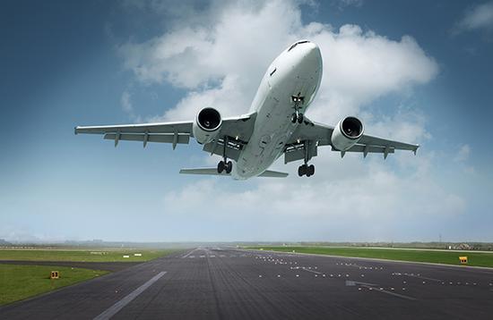 男孩近距离看飞机起飞 被气流掀飞近10米