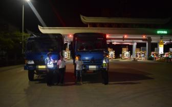 夜间无人查车?两货车结伴上高速 无证驾驶双双被罚