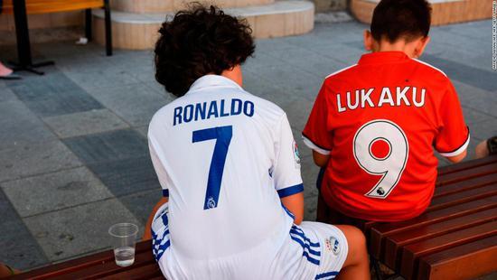 马其顿街头的两个小球迷