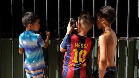 身穿梅西球衣的古巴小球迷