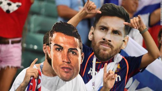 世界杯上球迷佩戴梅西C罗的面具