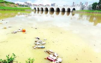 民生:大雨过后福州井店湖漂大量生活垃圾